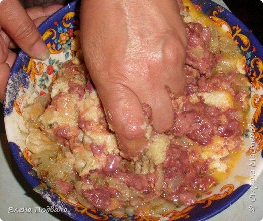 Наш любимый семейный рецепт фаршированной курицы куриной печенью: * Курица или 2 цыпленка * Куриная печень (300-400 гр) * 3-4 яйца * Лук репчатый - 1-2 шт. * Батон (4 нарезанных скибочек) замачиваем в воде с добавлением молока... * Манная крупа (30-50 гр) * Соль, перец по вкусу (очень кстати добавить петрушку, укроп). Иногда добавляю тертую морковку.  На этот раз у меня было 2 цыпленка по 1 кг каждый.  фото 16