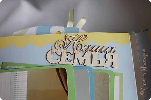 Здравствуйте, жители СМ! Сегодня выношу на ваш суд свой первый альбом в технике скрапбукинг. Альбом размером 20*20, в тканевой мягкой обложке, 11 разворотов, вмещает почти 140 фотографий 10*15 и 9*13. Использовала чипборды, атласные ленты, вощеный шнур, пуговицы, бумажные цветы, теги. Этот альбом делала для нашей бабушки, которая очень мне помогает с детьми, она давно у нас просила фотографии внуков и просила именно в бумажном варианте, так как за компьютером она сидит только на работе, а дома - он ей не нужен. Вообщем, я замахнулась на целый скрап-альбом для бабушки с фотографиями все внуков! Делала, как и все новички, по МК Viki-Handmade http://stranamasterov.ru/node/797400?c=favorite. В конце блога для тех, кто тоже хочет попробовать себя в скрапе расскажу о своих ошибках - чтобы вы их смогли избежать)))))))   фото 32