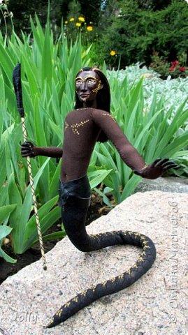 """На́ги (санскр. नाग наг — змей) — змееподобные мифические существа в индуизме и буддизме. Изображаются в виде змей с человеческим торсом и человеческой головой.  Мой личный наг, Ранджит Сандар, происходит из касты воинов, хранитель тайн и сокровищ, и при необходимости готов пустить в ход копье.. Второй персонаж из серии """"Мифология"""" фото 2"""