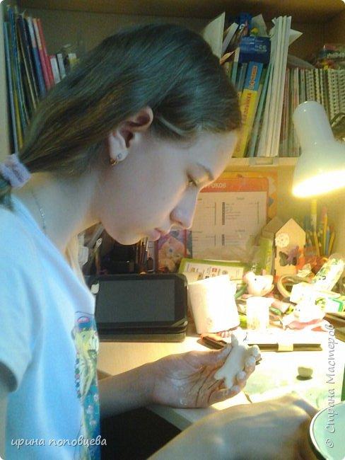 Вечер добрый!Я сегодня-с небольшим сообщением. Мы с Ксюшей ,моей ученицей,сделали вот такие подарки ее маме и папе на день рождения.Ваза на основе очень высокой бутылки-65см.Цветочный узор,контур-салфеточные жгутики,подрисовка акриловыми жемчужными красками,лак акриловый. фото 3