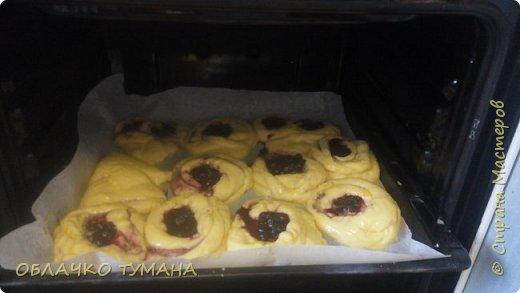 Всем доброго времени суток! Решили мы сегодня с Фрекен бок испечь дрожжевых булочек. Да не простых,а с черникой. как раз сейчас сезон. Фрекен пообещала, что будет помогать. Так давайте же начнем! фото 37