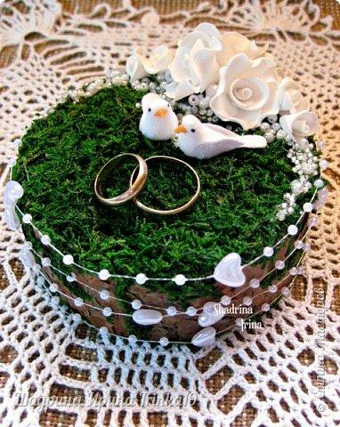 При слове «свадьба» у меня возникают только нежные и светлые мысли. В этот день весь мир для молодой пары становится замечательным и чудесным. Смех, радость, улыбки, море счастья — всё это передается от молодоженов и заполняет сердца гостей, друзей и родных :) На хорошо организованной свадьбе любая мелочь должна выглядеть органично!  Подушечка для колец — это маленький, но очень важный предмет, который способствует созданию настроения, прекрасно дополняет фотосессию и просто остается хорошим воспомининаем :) Я решила предложить вам сделать вместе со мной оригинальную подушечку для колец с применением мха, коры сосны, украшенную розочками из фоамирана и бусинками разного размера. Такая подушечка для колец подойдет к свадьбам в эко-стиле, бохо-стиле, а может и в рустикальном стиле :) фото 1