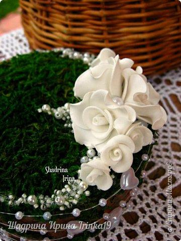 При слове «свадьба» у меня возникают только нежные и светлые мысли. В этот день весь мир для молодой пары становится замечательным и чудесным. Смех, радость, улыбки, море счастья — всё это передается от молодоженов и заполняет сердца гостей, друзей и родных :) На хорошо организованной свадьбе любая мелочь должна выглядеть органично!  Подушечка для колец — это маленький, но очень важный предмет, который способствует созданию настроения, прекрасно дополняет фотосессию и просто остается хорошим воспомининаем :) Я решила предложить вам сделать вместе со мной оригинальную подушечку для колец с применением мха, коры сосны, украшенную розочками из фоамирана и бусинками разного размера. Такая подушечка для колец подойдет к свадьбам в эко-стиле, бохо-стиле, а может и в рустикальном стиле :) фото 6