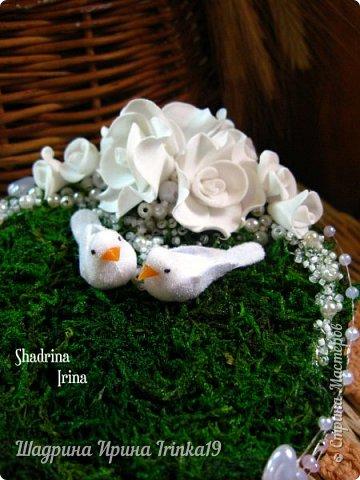 При слове «свадьба» у меня возникают только нежные и светлые мысли. В этот день весь мир для молодой пары становится замечательным и чудесным. Смех, радость, улыбки, море счастья — всё это передается от молодоженов и заполняет сердца гостей, друзей и родных :) На хорошо организованной свадьбе любая мелочь должна выглядеть органично!  Подушечка для колец — это маленький, но очень важный предмет, который способствует созданию настроения, прекрасно дополняет фотосессию и просто остается хорошим воспомининаем :) Я решила предложить вам сделать вместе со мной оригинальную подушечку для колец с применением мха, коры сосны, украшенную розочками из фоамирана и бусинками разного размера. Такая подушечка для колец подойдет к свадьбам в эко-стиле, бохо-стиле, а может и в рустикальном стиле :) фото 8