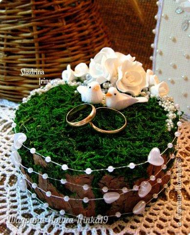 При слове «свадьба» у меня возникают только нежные и светлые мысли. В этот день весь мир для молодой пары становится замечательным и чудесным. Смех, радость, улыбки, море счастья — всё это передается от молодоженов и заполняет сердца гостей, друзей и родных :) На хорошо организованной свадьбе любая мелочь должна выглядеть органично!  Подушечка для колец — это маленький, но очень важный предмет, который способствует созданию настроения, прекрасно дополняет фотосессию и просто остается хорошим воспомининаем :) Я решила предложить вам сделать вместе со мной оригинальную подушечку для колец с применением мха, коры сосны, украшенную розочками из фоамирана и бусинками разного размера. Такая подушечка для колец подойдет к свадьбам в эко-стиле, бохо-стиле, а может и в рустикальном стиле :) фото 9