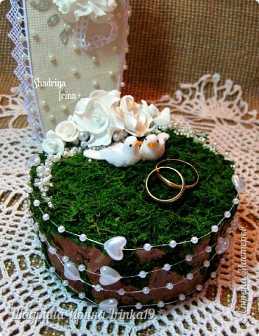 При слове «свадьба» у меня возникают только нежные и светлые мысли. В этот день весь мир для молодой пары становится замечательным и чудесным. Смех, радость, улыбки, море счастья — всё это передается от молодоженов и заполняет сердца гостей, друзей и родных :) На хорошо организованной свадьбе любая мелочь должна выглядеть органично!  Подушечка для колец — это маленький, но очень важный предмет, который способствует созданию настроения, прекрасно дополняет фотосессию и просто остается хорошим воспомининаем :) Я решила предложить вам сделать вместе со мной оригинальную подушечку для колец с применением мха, коры сосны, украшенную розочками из фоамирана и бусинками разного размера. Такая подушечка для колец подойдет к свадьбам в эко-стиле, бохо-стиле, а может и в рустикальном стиле :) фото 10
