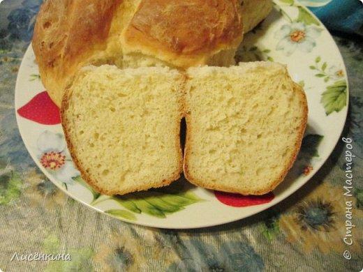 Здравствуйте дорогие мастера и мастерицы. Хочу вам рассказать как быстро и просто испечь очень вкусный домашний хлеб. У меня мальчишки его таскают как булки))И самое интересное вам не понадобятся яйца и масло (ну разве что для смазки)Домашний хлеб на кефиреИнгредиенты:150 мл воды350 мл кефира900 грамм мукипол пачки свежих дрожжей или  пакет сухих1 столовая ложка сахара1 чайная ложка солиПриготовление:Растворите в теплой воде дрожжи, сахар, соль. Добавьте примерно пол стакана муки и перемешайте, опара должна быть по консистенции как сметана. Накройте и дайте ей постоять четверть часа, пока не увеличится в объеме. Затем влейте в опару теплый кефир, хорошо перемешайте и замесите тесто, добавляя понемногу муку. Тесто должно получиться очень мягкое не крутое. Я когда вымешиваю смазываю руки растительным маслом. Накройте и оставьте тесто расти примерно на 20 минут. Слепите шарики, и уложите их в круглую форму. Снова оставьте подниматься тесто на 15-20 минут. Смажьте верх будущего хлеба небольшим количеством масла или взбитым яйцом. Выпекайте в духовке в течение 40 минут при температуре 200 градусов.Приятного аппетитафото 2