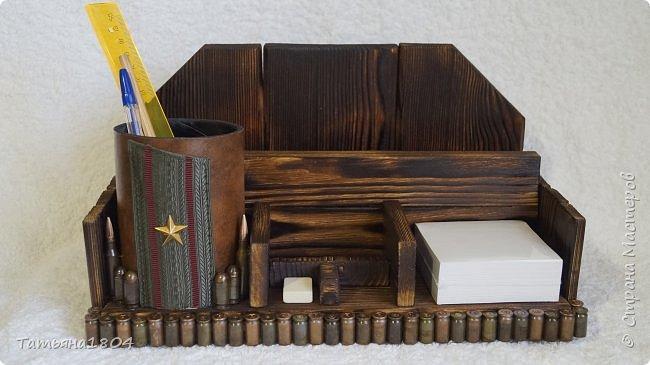 Письменный набор для майора. Сосновая доска, обжиг, брашировка, гильзы, кожа. Размеры: 32х18х17 см. фото 1