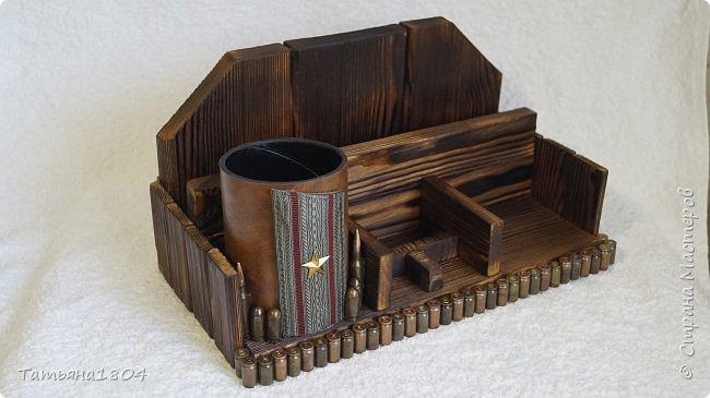Письменный набор для майора. Сосновая доска, обжиг, брашировка, гильзы, кожа. Размеры: 32х18х17 см. фото 3