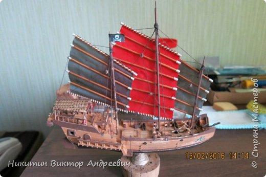 Представляю вашему вниманию модель китайской Джонки. Хочу сразу сказать, что это не копия существовавшего корабля. За основу были взяты сразу несколько моделей, многие детали придумывались самостоятельно. фото 1