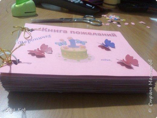 Напечатала на розовой бумаге, вырезала и приклеела к картону. Дыроколом продырявила и вставила веревочки. Другим дыроколом сделала  бабочек.  фото 2