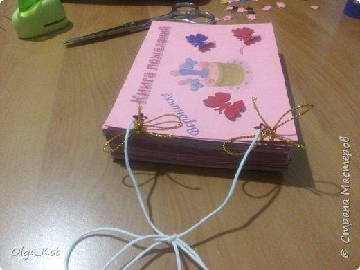 Напечатала на розовой бумаге, вырезала и приклеела к картону. Дыроколом продырявила и вставила веревочки. Другим дыроколом сделала  бабочек.  фото 3