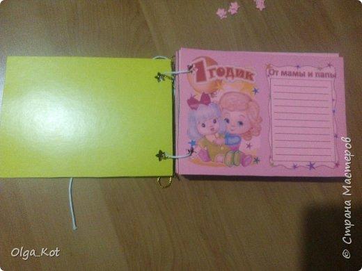 Напечатала на розовой бумаге, вырезала и приклеела к картону. Дыроколом продырявила и вставила веревочки. Другим дыроколом сделала  бабочек.  фото 5