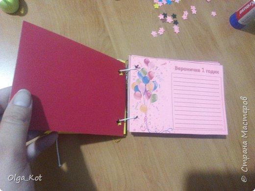Напечатала на розовой бумаге, вырезала и приклеела к картону. Дыроколом продырявила и вставила веревочки. Другим дыроколом сделала  бабочек.  фото 6