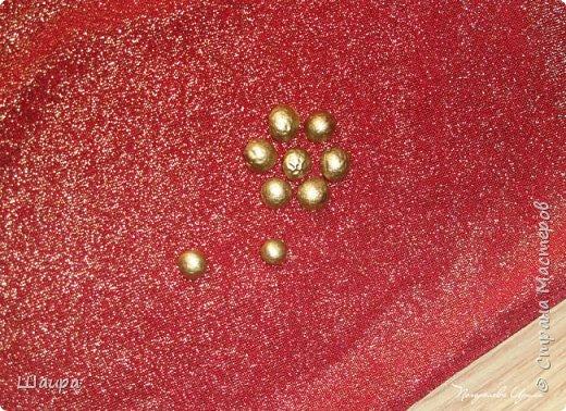 Понадобились мне золотистые бусинки .  Вспомнила про краску в баллончике, что от поделок с Нового Года осталась. Достала половинки гороха... фото 1