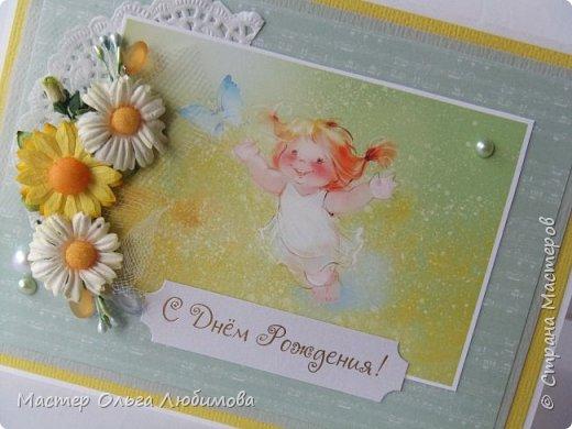 Яркая, солнечная и очень светлая открытка с милой рыжеволосой девочкой непременно станет отличным поздравлением с днем рождения. Для декорирования использованы ромашки и небольшие бутоны роз. Почему ромашки? Наверно потому, что в самой открытке много света и тепла, а ромашки-это как небольшое солнышко, лучики которого дарят тепло и согревают. Внутри открытки есть оформленная страничка для поздравительного текста фото 2