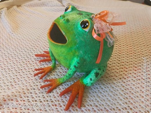 Сотворилась у меня лягушка-копилка (по МК @ДЮШОН@). У очень хорошей женщины на работе, скоро будет день рождения. Она собирает 10-ти рублёвые монетки. Пока копит в 0,5л банке с закатанной крышкой. Очень это не красиво. Поэтому я решила сделать ей лягушку в подарок. фото 1