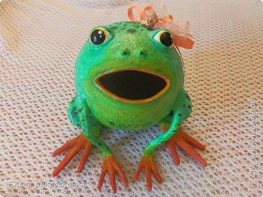 Сотворилась у меня лягушка-копилка (по МК @ДЮШОН@). У очень хорошей женщины на работе, скоро будет день рождения. Она собирает 10-ти рублёвые монетки. Пока копит в 0,5л банке с закатанной крышкой. Очень это не красиво. Поэтому я решила сделать ей лягушку в подарок. фото 2