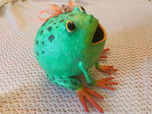 Сотворилась у меня лягушка-копилка (по МК @ДЮШОН@). У очень хорошей женщины на работе, скоро будет день рождения. Она собирает 10-ти рублёвые монетки. Пока копит в 0,5л банке с закатанной крышкой. Очень это не красиво. Поэтому я решила сделать ей лягушку в подарок. фото 3
