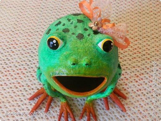 Сотворилась у меня лягушка-копилка (по МК @ДЮШОН@). У очень хорошей женщины на работе, скоро будет день рождения. Она собирает 10-ти рублёвые монетки. Пока копит в 0,5л банке с закатанной крышкой. Очень это не красиво. Поэтому я решила сделать ей лягушку в подарок. фото 4