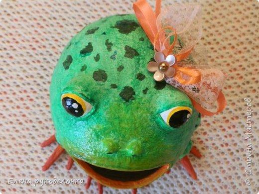 Сотворилась у меня лягушка-копилка (по МК @ДЮШОН@). У очень хорошей женщины на работе, скоро будет день рождения. Она собирает 10-ти рублёвые монетки. Пока копит в 0,5л банке с закатанной крышкой. Очень это не красиво. Поэтому я решила сделать ей лягушку в подарок. фото 5