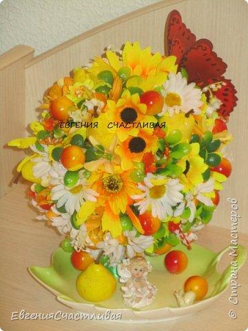 """""""Осенний день - """"в изготовлении работы использованы искусственные фрукты - виноград, флористическая зелень, искусственные цветы астры, маргаритки, металлический декор-часы, керамический домик, сухоцвет-лагурус фото 3"""