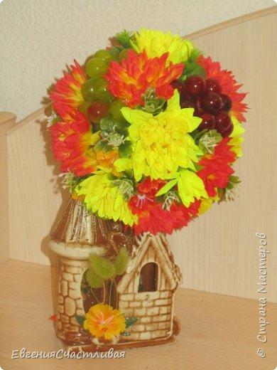 """""""Осенний день - """"в изготовлении работы использованы искусственные фрукты - виноград, флористическая зелень, искусственные цветы астры, маргаритки, металлический декор-часы, керамический домик, сухоцвет-лагурус фото 2"""