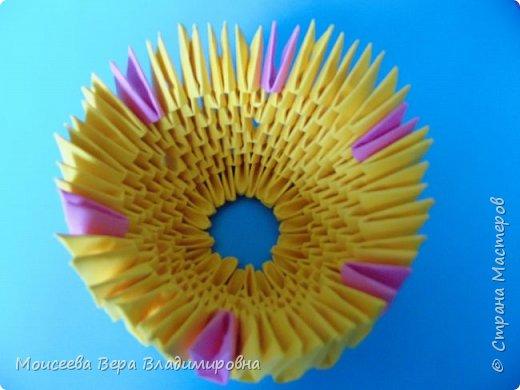 Здравствуйте, уважаемые жители великой Страны Мастеров! Спешу , тороплюсь к вам со своей новой работой , но в этот раз  в технике модульного оригами. Получилось случайно : делая квиллинг я разместила цветы в кашпо из модульного оригами. Делала кашпо на скорую руку, но сам замысел мне понравился. Решила сделать покрупнее. Вот и сотворила- вместо кашпо получилась корзина. Хочу заметить . что делала я её не совсем из обычных модулей. фото 6