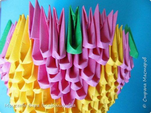 Здравствуйте, уважаемые жители великой Страны Мастеров! Спешу , тороплюсь к вам со своей новой работой , но в этот раз  в технике модульного оригами. Получилось случайно : делая квиллинг я разместила цветы в кашпо из модульного оригами. Делала кашпо на скорую руку, но сам замысел мне понравился. Решила сделать покрупнее. Вот и сотворила- вместо кашпо получилась корзина. Хочу заметить . что делала я её не совсем из обычных модулей. фото 10