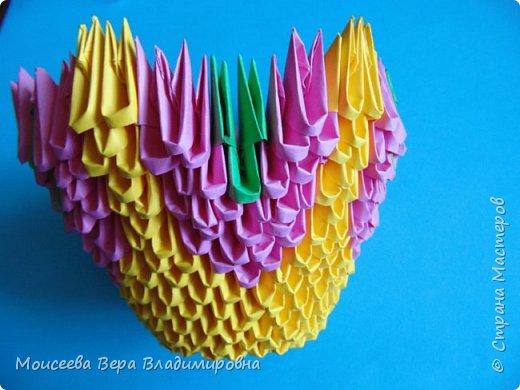 Здравствуйте, уважаемые жители великой Страны Мастеров! Спешу , тороплюсь к вам со своей новой работой , но в этот раз  в технике модульного оригами. Получилось случайно : делая квиллинг я разместила цветы в кашпо из модульного оригами. Делала кашпо на скорую руку, но сам замысел мне понравился. Решила сделать покрупнее. Вот и сотворила- вместо кашпо получилась корзина. Хочу заметить . что делала я её не совсем из обычных модулей. фото 11
