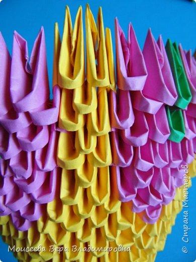 Здравствуйте, уважаемые жители великой Страны Мастеров! Спешу , тороплюсь к вам со своей новой работой , но в этот раз  в технике модульного оригами. Получилось случайно : делая квиллинг я разместила цветы в кашпо из модульного оригами. Делала кашпо на скорую руку, но сам замысел мне понравился. Решила сделать покрупнее. Вот и сотворила- вместо кашпо получилась корзина. Хочу заметить . что делала я её не совсем из обычных модулей. фото 12