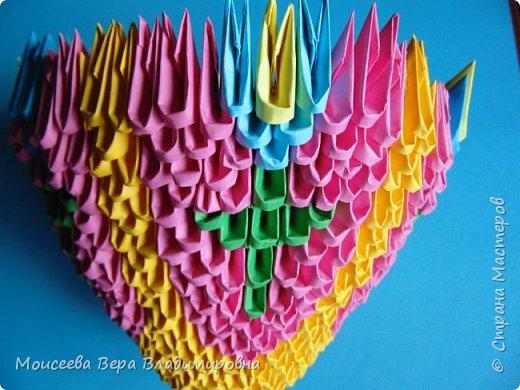 Здравствуйте, уважаемые жители великой Страны Мастеров! Спешу , тороплюсь к вам со своей новой работой , но в этот раз  в технике модульного оригами. Получилось случайно : делая квиллинг я разместила цветы в кашпо из модульного оригами. Делала кашпо на скорую руку, но сам замысел мне понравился. Решила сделать покрупнее. Вот и сотворила- вместо кашпо получилась корзина. Хочу заметить . что делала я её не совсем из обычных модулей. фото 16