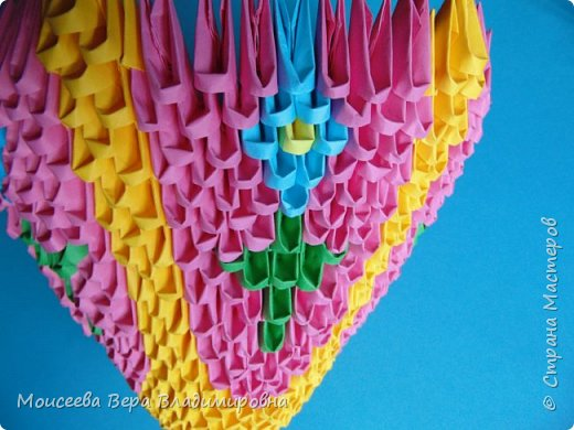 Здравствуйте, уважаемые жители великой Страны Мастеров! Спешу , тороплюсь к вам со своей новой работой , но в этот раз  в технике модульного оригами. Получилось случайно : делая квиллинг я разместила цветы в кашпо из модульного оригами. Делала кашпо на скорую руку, но сам замысел мне понравился. Решила сделать покрупнее. Вот и сотворила- вместо кашпо получилась корзина. Хочу заметить . что делала я её не совсем из обычных модулей. фото 17