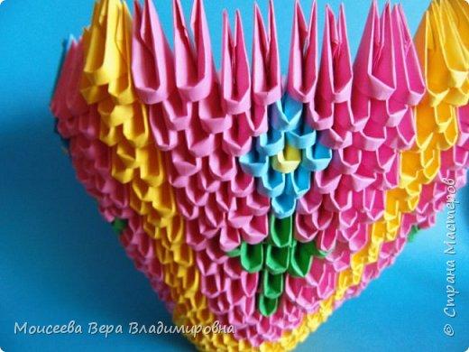 Здравствуйте, уважаемые жители великой Страны Мастеров! Спешу , тороплюсь к вам со своей новой работой , но в этот раз  в технике модульного оригами. Получилось случайно : делая квиллинг я разместила цветы в кашпо из модульного оригами. Делала кашпо на скорую руку, но сам замысел мне понравился. Решила сделать покрупнее. Вот и сотворила- вместо кашпо получилась корзина. Хочу заметить . что делала я её не совсем из обычных модулей. фото 19