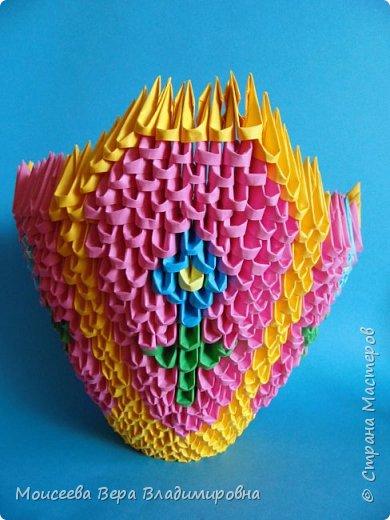 Здравствуйте, уважаемые жители великой Страны Мастеров! Спешу , тороплюсь к вам со своей новой работой , но в этот раз  в технике модульного оригами. Получилось случайно : делая квиллинг я разместила цветы в кашпо из модульного оригами. Делала кашпо на скорую руку, но сам замысел мне понравился. Решила сделать покрупнее. Вот и сотворила- вместо кашпо получилась корзина. Хочу заметить . что делала я её не совсем из обычных модулей. фото 20