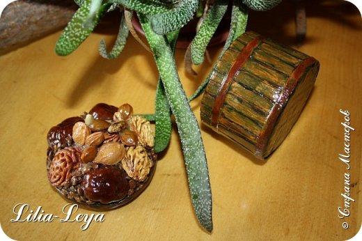 С каким энтузиазмом я начала делать свою урожайную шкатулочку!  Представляла, как она будет выглядеть покосившимся и подгнившим от времени деревянным заборчиком, с проржавевшими и выпавшими местами гвоздиками, с облезшей старой краской...   ЛЕПОТА!))) фото 7