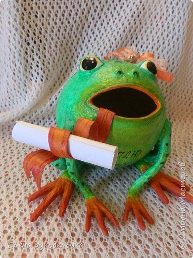 Сотворилась у меня лягушка-копилка (по МК @ДЮШОН@). У очень хорошей женщины на работе, скоро будет день рождения. Она собирает 10-ти рублёвые монетки. Пока копит в 0,5л банке с закатанной крышкой. Очень это не красиво. Поэтому я решила сделать ей лягушку в подарок. фото 8