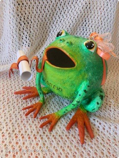 Сотворилась у меня лягушка-копилка (по МК @ДЮШОН@). У очень хорошей женщины на работе, скоро будет день рождения. Она собирает 10-ти рублёвые монетки. Пока копит в 0,5л банке с закатанной крышкой. Очень это не красиво. Поэтому я решила сделать ей лягушку в подарок. фото 7