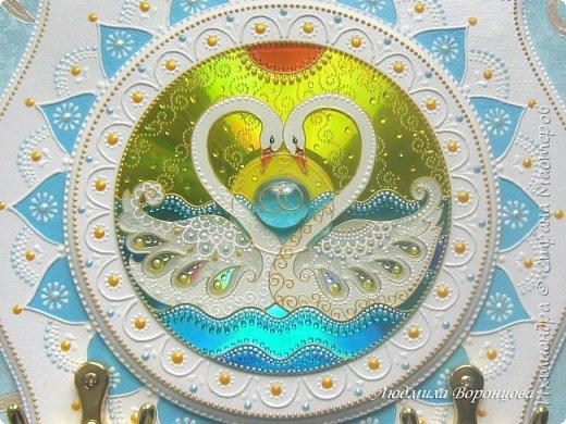 ... Вот так плывут по жизни, по воде     Два нежные, творенья!     Учитесь верности у лебедей!     Храните жизни чудные мгновенья!...      (С. Варакин)  Издревле пара грациозных, прекрасных лебедей считалась символом чистой и верной любви. Наверное, поэтому лебеди — один из самых распространённых атрибутов свадебных торжеств. В данном мастер-классе я расскажу, как создать оригинальный свадебный подарок — нежную и нарядную ключницу с изображением этих белоснежных величавых птиц. фото 28