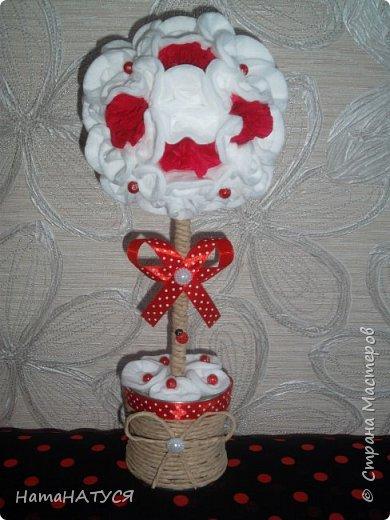 Добрый день, СМ! Я с новым деревом. Соседка попросила сделать в бело-красных тонах. Родилась такая идея. Крона из ватных дисков. Красные цветы из гофробумаги. Красные горошинки - бусинки. фото 1