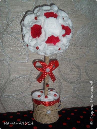 Добрый день, СМ! Я с новым деревом. Соседка попросила сделать в бело-красных тонах. Родилась такая идея. Крона из ватных дисков. Красные цветы из гофробумаги. Красные горошинки - бусинки. фото 4