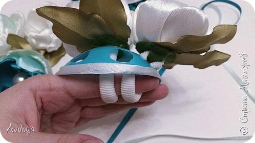 Здравствуйте, дорогие жители и гости Страны Мастеров! Лето - пора свадеб. И я хочу поделиться с вами идеей, как сделать оригинальный букет-трансформер для невесты с помощью резинок для волос. Но для начала — небольшое предисловие. Споры о том, какой букет должен быть у невесты — из настоящих цветов или искусственных — ведутся на всевозможных свадебных форумах давно и не видно  им конца и края. Сторонники на обеих сторонах приводят кучу доводов, и каждая сторона права по своему.  Я же на все смотрю с точки зрения практического применения. Свадебное торжество пролетит быстро и хочется, чтобы кроме фотографий и видео на память остались еще какие-то приятные мелочи, вещественные доказательства, так сказать :) И не в последнюю очередь — букет. Букет с настоящими цветами и привычен, и красив, и пахнет вкусно (не всегда), но с его сохранением будут проблемы, высохнет, осыпется. Вот и мучаются невесты (или подружки, которым он достался): и выкинуть жалко, и дальше хранить невозможно.  Букеты из искуственных цветов, модные нынче брошь-букеты, в этом отношении выигрывают. Храни сколько хочешь, фотографируйся с ним на какдую годовщину, передай потом дочери. Но мне и этого мало. Ну достала раз в год, полюбовалась и все?  Вот и задалась я целью сделать такой букетик, который и сохранить можно при желании, и использовать после свадьбы.  Представляю вашему вниманию букетик из аксессуаров для волос. Такой и невесте будет приятно хранить, как память, и подружке невесты, которой он достанется не нужно будет мучатся вопросом, что же с этой штукой делать дальше. Особенно, если всем известная примета не сработает :) фото 25