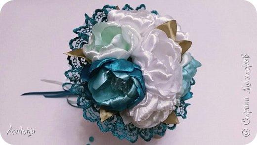 Здравствуйте, дорогие жители и гости Страны Мастеров! Лето - пора свадеб. И я хочу поделиться с вами идеей, как сделать оригинальный букет-трансформер для невесты с помощью резинок для волос. Но для начала — небольшое предисловие. Споры о том, какой букет должен быть у невесты — из настоящих цветов или искусственных — ведутся на всевозможных свадебных форумах давно и не видно  им конца и края. Сторонники на обеих сторонах приводят кучу доводов, и каждая сторона права по своему.  Я же на все смотрю с точки зрения практического применения. Свадебное торжество пролетит быстро и хочется, чтобы кроме фотографий и видео на память остались еще какие-то приятные мелочи, вещественные доказательства, так сказать :) И не в последнюю очередь — букет. Букет с настоящими цветами и привычен, и красив, и пахнет вкусно (не всегда), но с его сохранением будут проблемы, высохнет, осыпется. Вот и мучаются невесты (или подружки, которым он достался): и выкинуть жалко, и дальше хранить невозможно.  Букеты из искуственных цветов, модные нынче брошь-букеты, в этом отношении выигрывают. Храни сколько хочешь, фотографируйся с ним на какдую годовщину, передай потом дочери. Но мне и этого мало. Ну достала раз в год, полюбовалась и все?  Вот и задалась я целью сделать такой букетик, который и сохранить можно при желании, и использовать после свадьбы.  Представляю вашему вниманию букетик из аксессуаров для волос. Такой и невесте будет приятно хранить, как память, и подружке невесты, которой он достанется не нужно будет мучатся вопросом, что же с этой штукой делать дальше. Особенно, если всем известная примета не сработает :) фото 35
