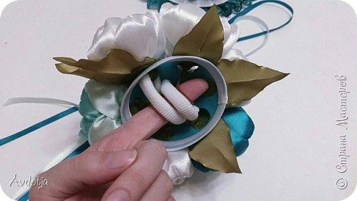 Здравствуйте, дорогие жители и гости Страны Мастеров! Лето - пора свадеб. И я хочу поделиться с вами идеей, как сделать оригинальный букет-трансформер для невесты с помощью резинок для волос. Но для начала — небольшое предисловие. Споры о том, какой букет должен быть у невесты — из настоящих цветов или искусственных — ведутся на всевозможных свадебных форумах давно и не видно  им конца и края. Сторонники на обеих сторонах приводят кучу доводов, и каждая сторона права по своему.  Я же на все смотрю с точки зрения практического применения. Свадебное торжество пролетит быстро и хочется, чтобы кроме фотографий и видео на память остались еще какие-то приятные мелочи, вещественные доказательства, так сказать :) И не в последнюю очередь — букет. Букет с настоящими цветами и привычен, и красив, и пахнет вкусно (не всегда), но с его сохранением будут проблемы, высохнет, осыпется. Вот и мучаются невесты (или подружки, которым он достался): и выкинуть жалко, и дальше хранить невозможно.  Букеты из искуственных цветов, модные нынче брошь-букеты, в этом отношении выигрывают. Храни сколько хочешь, фотографируйся с ним на какдую годовщину, передай потом дочери. Но мне и этого мало. Ну достала раз в год, полюбовалась и все?  Вот и задалась я целью сделать такой букетик, который и сохранить можно при желании, и использовать после свадьбы.  Представляю вашему вниманию букетик из аксессуаров для волос. Такой и невесте будет приятно хранить, как память, и подружке невесты, которой он достанется не нужно будет мучатся вопросом, что же с этой штукой делать дальше. Особенно, если всем известная примета не сработает :) фото 27