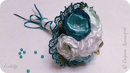 Здравствуйте, дорогие жители и гости Страны Мастеров! Лето - пора свадеб. И я хочу поделиться с вами идеей, как сделать оригинальный букет-трансформер для невесты с помощью резинок для волос. Но для начала — небольшое предисловие. Споры о том, какой букет должен быть у невесты — из настоящих цветов или искусственных — ведутся на всевозможных свадебных форумах давно и не видно  им конца и края. Сторонники на обеих сторонах приводят кучу доводов, и каждая сторона права по своему.  Я же на все смотрю с точки зрения практического применения. Свадебное торжество пролетит быстро и хочется, чтобы кроме фотографий и видео на память остались еще какие-то приятные мелочи, вещественные доказательства, так сказать :) И не в последнюю очередь — букет. Букет с настоящими цветами и привычен, и красив, и пахнет вкусно (не всегда), но с его сохранением будут проблемы, высохнет, осыпется. Вот и мучаются невесты (или подружки, которым он достался): и выкинуть жалко, и дальше хранить невозможно.  Букеты из искуственных цветов, модные нынче брошь-букеты, в этом отношении выигрывают. Храни сколько хочешь, фотографируйся с ним на какдую годовщину, передай потом дочери. Но мне и этого мало. Ну достала раз в год, полюбовалась и все?  Вот и задалась я целью сделать такой букетик, который и сохранить можно при желании, и использовать после свадьбы.  Представляю вашему вниманию букетик из аксессуаров для волос. Такой и невесте будет приятно хранить, как память, и подружке невесты, которой он достанется не нужно будет мучатся вопросом, что же с этой штукой делать дальше. Особенно, если всем известная примета не сработает :) фото 1