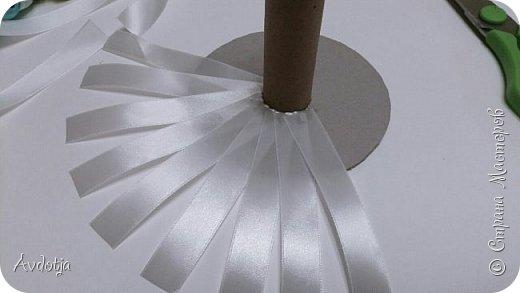 Здравствуйте, дорогие жители и гости Страны Мастеров! Лето - пора свадеб. И я хочу поделиться с вами идеей, как сделать оригинальный букет-трансформер для невесты с помощью резинок для волос. Но для начала — небольшое предисловие. Споры о том, какой букет должен быть у невесты — из настоящих цветов или искусственных — ведутся на всевозможных свадебных форумах давно и не видно  им конца и края. Сторонники на обеих сторонах приводят кучу доводов, и каждая сторона права по своему.  Я же на все смотрю с точки зрения практического применения. Свадебное торжество пролетит быстро и хочется, чтобы кроме фотографий и видео на память остались еще какие-то приятные мелочи, вещественные доказательства, так сказать :) И не в последнюю очередь — букет. Букет с настоящими цветами и привычен, и красив, и пахнет вкусно (не всегда), но с его сохранением будут проблемы, высохнет, осыпется. Вот и мучаются невесты (или подружки, которым он достался): и выкинуть жалко, и дальше хранить невозможно.  Букеты из искуственных цветов, модные нынче брошь-букеты, в этом отношении выигрывают. Храни сколько хочешь, фотографируйся с ним на какдую годовщину, передай потом дочери. Но мне и этого мало. Ну достала раз в год, полюбовалась и все?  Вот и задалась я целью сделать такой букетик, который и сохранить можно при желании, и использовать после свадьбы.  Представляю вашему вниманию букетик из аксессуаров для волос. Такой и невесте будет приятно хранить, как память, и подружке невесты, которой он достанется не нужно будет мучатся вопросом, что же с этой штукой делать дальше. Особенно, если всем известная примета не сработает :) фото 10
