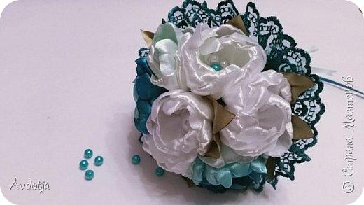 Здравствуйте, дорогие жители и гости Страны Мастеров! Лето - пора свадеб. И я хочу поделиться с вами идеей, как сделать оригинальный букет-трансформер для невесты с помощью резинок для волос. Но для начала — небольшое предисловие. Споры о том, какой букет должен быть у невесты — из настоящих цветов или искусственных — ведутся на всевозможных свадебных форумах давно и не видно  им конца и края. Сторонники на обеих сторонах приводят кучу доводов, и каждая сторона права по своему.  Я же на все смотрю с точки зрения практического применения. Свадебное торжество пролетит быстро и хочется, чтобы кроме фотографий и видео на память остались еще какие-то приятные мелочи, вещественные доказательства, так сказать :) И не в последнюю очередь — букет. Букет с настоящими цветами и привычен, и красив, и пахнет вкусно (не всегда), но с его сохранением будут проблемы, высохнет, осыпется. Вот и мучаются невесты (или подружки, которым он достался): и выкинуть жалко, и дальше хранить невозможно.  Букеты из искуственных цветов, модные нынче брошь-букеты, в этом отношении выигрывают. Храни сколько хочешь, фотографируйся с ним на какдую годовщину, передай потом дочери. Но мне и этого мало. Ну достала раз в год, полюбовалась и все?  Вот и задалась я целью сделать такой букетик, который и сохранить можно при желании, и использовать после свадьбы.  Представляю вашему вниманию букетик из аксессуаров для волос. Такой и невесте будет приятно хранить, как память, и подружке невесты, которой он достанется не нужно будет мучатся вопросом, что же с этой штукой делать дальше. Особенно, если всем известная примета не сработает :) фото 36