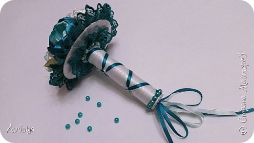 Здравствуйте, дорогие жители и гости Страны Мастеров! Лето - пора свадеб. И я хочу поделиться с вами идеей, как сделать оригинальный букет-трансформер для невесты с помощью резинок для волос. Но для начала — небольшое предисловие. Споры о том, какой букет должен быть у невесты — из настоящих цветов или искусственных — ведутся на всевозможных свадебных форумах давно и не видно  им конца и края. Сторонники на обеих сторонах приводят кучу доводов, и каждая сторона права по своему.  Я же на все смотрю с точки зрения практического применения. Свадебное торжество пролетит быстро и хочется, чтобы кроме фотографий и видео на память остались еще какие-то приятные мелочи, вещественные доказательства, так сказать :) И не в последнюю очередь — букет. Букет с настоящими цветами и привычен, и красив, и пахнет вкусно (не всегда), но с его сохранением будут проблемы, высохнет, осыпется. Вот и мучаются невесты (или подружки, которым он достался): и выкинуть жалко, и дальше хранить невозможно.  Букеты из искуственных цветов, модные нынче брошь-букеты, в этом отношении выигрывают. Храни сколько хочешь, фотографируйся с ним на какдую годовщину, передай потом дочери. Но мне и этого мало. Ну достала раз в год, полюбовалась и все?  Вот и задалась я целью сделать такой букетик, который и сохранить можно при желании, и использовать после свадьбы.  Представляю вашему вниманию букетик из аксессуаров для волос. Такой и невесте будет приятно хранить, как память, и подружке невесты, которой он достанется не нужно будет мучатся вопросом, что же с этой штукой делать дальше. Особенно, если всем известная примета не сработает :) фото 34
