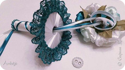 Здравствуйте, дорогие жители и гости Страны Мастеров! Лето - пора свадеб. И я хочу поделиться с вами идеей, как сделать оригинальный букет-трансформер для невесты с помощью резинок для волос. Но для начала — небольшое предисловие. Споры о том, какой букет должен быть у невесты — из настоящих цветов или искусственных — ведутся на всевозможных свадебных форумах давно и не видно  им конца и края. Сторонники на обеих сторонах приводят кучу доводов, и каждая сторона права по своему.  Я же на все смотрю с точки зрения практического применения. Свадебное торжество пролетит быстро и хочется, чтобы кроме фотографий и видео на память остались еще какие-то приятные мелочи, вещественные доказательства, так сказать :) И не в последнюю очередь — букет. Букет с настоящими цветами и привычен, и красив, и пахнет вкусно (не всегда), но с его сохранением будут проблемы, высохнет, осыпется. Вот и мучаются невесты (или подружки, которым он достался): и выкинуть жалко, и дальше хранить невозможно.  Букеты из искуственных цветов, модные нынче брошь-букеты, в этом отношении выигрывают. Храни сколько хочешь, фотографируйся с ним на какдую годовщину, передай потом дочери. Но мне и этого мало. Ну достала раз в год, полюбовалась и все?  Вот и задалась я целью сделать такой букетик, который и сохранить можно при желании, и использовать после свадьбы.  Представляю вашему вниманию букетик из аксессуаров для волос. Такой и невесте будет приятно хранить, как память, и подружке невесты, которой он достанется не нужно будет мучатся вопросом, что же с этой штукой делать дальше. Особенно, если всем известная примета не сработает :) фото 31