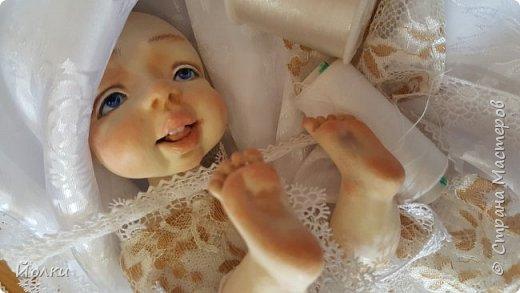 Здравствуйте, соседи.  Познакомлю вас: кукла подвижная будуарная Ангел Вася - Василинка. Озорная шаловливая малышка. Выполнена из самозатвердевайки (паперклей) - головушка, ручки, ножки. Тело на каркасе текстильное. В шейке шарнир, в попе - гранулят. Волосы - коза натуральная уральская обыкновенная. Роспись - акрил, пастель. Закреплена фиксативом Сонет. Наряд - фатин, жаккард, органза, кружево и... забыла ((( Ой, да лебяжий пух же! фото 13
